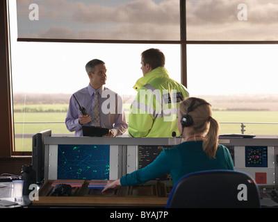 Controladores de tráfico aéreo en la torre