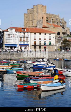 Pequeños barcos en un puerto, la Iglesia de Santa María, Castro Urdiales, Golfo de Vizcaya, Cantabria, España, Europa