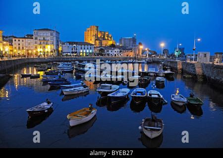 Por la noche el estado de ánimo, el puerto con los barcos, Castro Urdiales, Golfo de Vizcaya, Cantabria, España, Europa