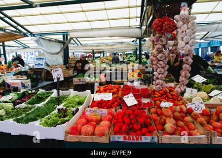 Producir Muestra Mercado de alimentos en Rialto, Venecia, Italia