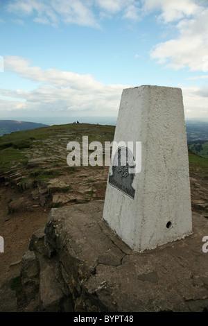 La triangulación punto o punto trig o pilar, en la cima de la montaña Pan de Azúcar (Galés: Mynydd Pen-y-Fal o Y Fâl) Abergavenny Gales Monmouth