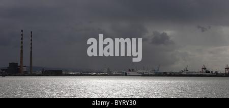 El puerto de Dublín antes de una tormenta Foto de stock