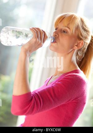 Mujer beber agua embotellada