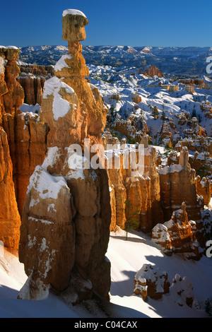 Hoodoos, incluyendo uno que se llama el martillo de Thor, en Bryce Canyon's Sunset Point durante el invierno
