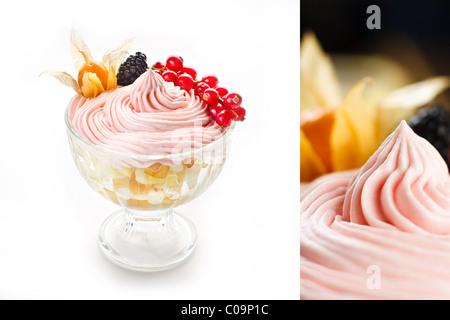 Las bayas de mousse helado berry bowl rosa rosa blanca rico postre Foto de stock