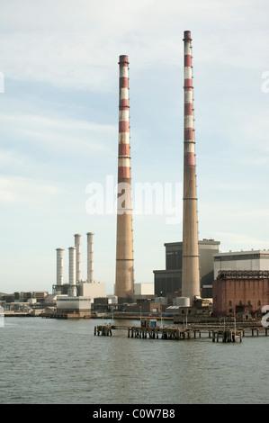 Vista de la estación generadora de electricidad en Poolbeg en El Puerto de Dublín Foto de stock