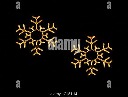 Copo de nieve de navidad luces de Navidad en la oscuridad Foto de stock