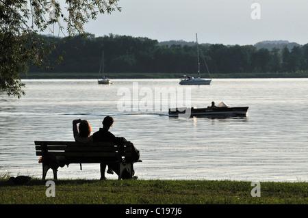 Par relajándose en una banca del parque, Fraueninsel en Chiemsee, Chiemgau, Alta Baviera, Baviera