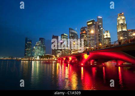 El Hotel Fullerton y del horizonte de la ciudad vista desde la explanada frente al mar. Marina Bay, Singapur