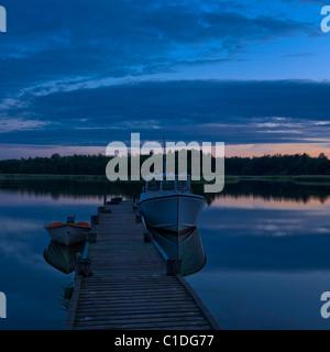 """Noche de luz alrededor del solsticio de verano en el """"archipiélago de Estocolmo, Suecia."""