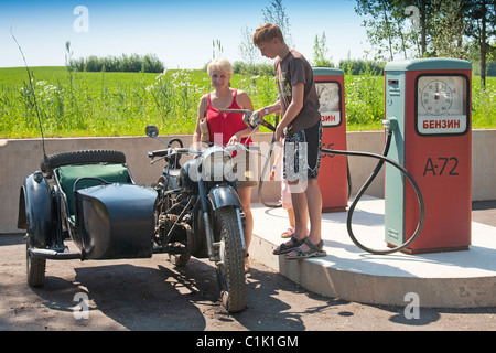 Sidecar antigua motocicleta en una estación de gasolina, carreteras, Museo Estonio Põlva Saverna, Condado, Estonia