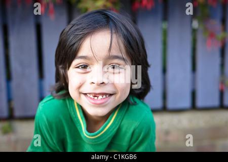 Retrato de niño con diente que falta