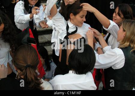 Universidad de Coimbra Portugal una bienvenida a los nuevos estudiantes universitarios (Caloiros) eslizamiento durante la Latada o Festa das Latas
