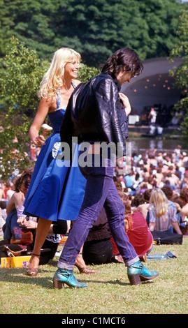 Una joven pareja retro glamour en una fiesta en el jardín Roxy Music Festival Crystal Palace al sur de Londres Inglaterra 29 de julio de 1972 Kathy DEWITT Foto de stock