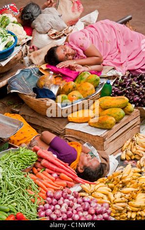 Mercado de productos interiores con dormir oficinistas en Panaji, Goa.