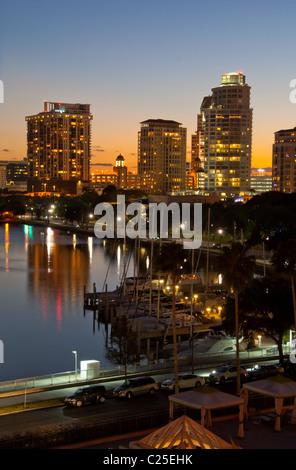 El horizonte de la ciudad con vistas a la marina en la Bahía de Tampa, temprano por la tarde en el centro de San Petersburgo, Florida, EE.UU.