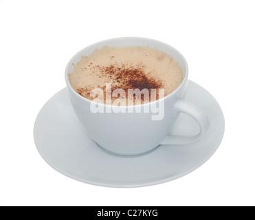Una espumosa taza de café en una taza y plato blanco aislado sobre un fondo blanco.