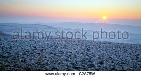 Invierno amanecer sobre la escarcha que cubre el paisaje, cerca Withypool, Exmoor National Park, Somerset, Inglaterra, Reino Unido. Foto de stock