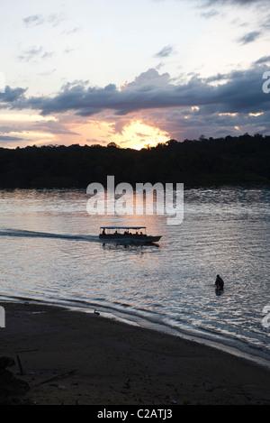 América del Sur, el Amazonas, el sol detrás de Rainforest