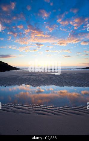 Reflexiones en la playa por la noche en False Bay, Connemara, Condado de Galway, Irlanda. Foto de stock