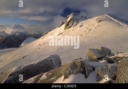 La cumbre de Slieve Bearnagh en invierno, las Montañas Mourne, Condado de Down, Irlanda del Norte.
