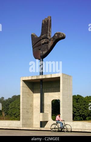 Mano Abierta escultura, Chandigarh, India, el arquitecto Le Corbusier Foto de stock