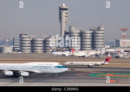 Aviones / aviones sobre el asfalto con torre en segundo plano' en 'Haneda Aeropuerto Internacional de Tokio (Japón)