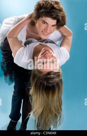 Feliz pareja joven doblar juntos embrac