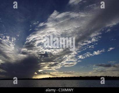 Las nubes blancas y grises brillantemente iluminadas por detrás sobre el agua.Esta la formación de nubes fue fotografiado por Fraser Island-Queensland-Australia