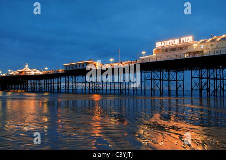 Brighton Pier, Sussex, Inglaterra,Reino Unido,viajar,Europa,espacio,costa,playa,pier,victorian,noche,al anochecer, Foto de stock
