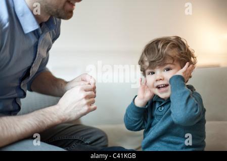 Niño chico jugando con el padre, Retrato