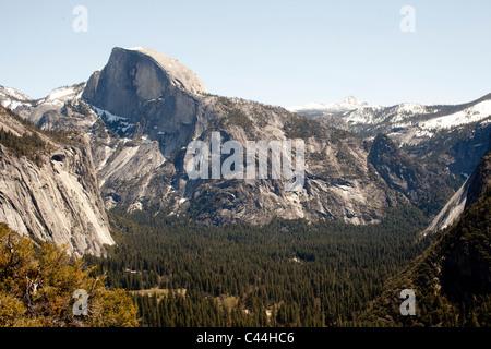 Half Dome, en el Parque Nacional de Yosemite en la primavera visto desde el paseo a Yosemite Falls.