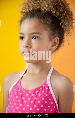 Retrato de una joven que llevaba un traje de baño en frente de un fondo amarillo
