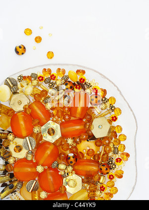 Surtido de diferentes abalorios con forma de placa de vidrio, close-up
