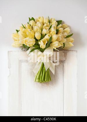 Ramo de tulipanes de color amarillo pálido, close-up