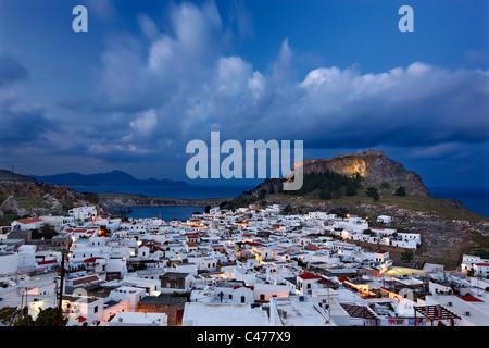Hermoso pueblo de Lindos, con su castillo (Acrópolis) en la hora 'azul'. La isla de Rodas, Grecia Dodecanese,