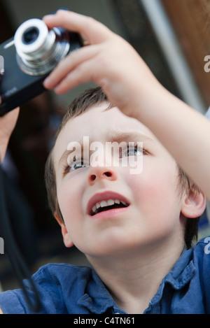Chico con cámara digital Foto de stock