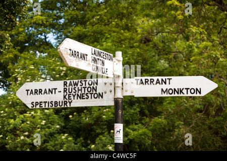 Cartel mostrando direcciones locales de las aldeas Tarrants en Dorset, Inglaterra, Reino Unido.