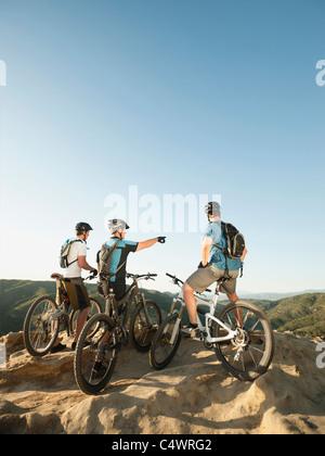 Estados Unidos,California,Laguna Beach,Dos ciclistas en la colina mirando a ver
