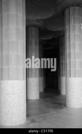 Sala de las columnas en el Parque Güell, Barcelona, España
