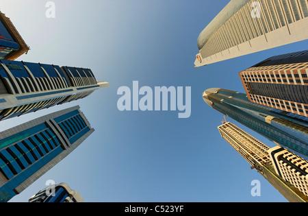 Torres, rascacielos, hoteles, arquitectura moderna, Sheikh Zayed Road, el distrito financiero de Dubai, Emiratos Árabes Unidos Foto de stock