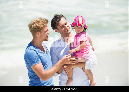 Dos hombres jugando con una chica