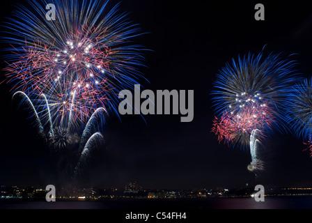 Macy's anual del 4 de julio de 2011 espectáculo de fuegos artificiales sobre el río Hudson, en la Ciudad de Nueva York, EE.UU. © Craig M. Eisenberg