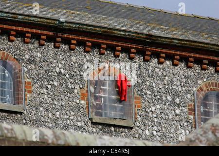 Un preso de ondas de la ventana de su celda. Fotografía por James Boardman Foto de stock