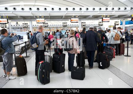 Los pasajeros colas en mostradores de facturación en el Aeropuerto Internacional Lester B. Pearson de Toronto Ontario Canada