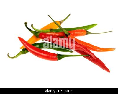 Selección de rojo amarillo y verde de chiles picantes ingredientes para cocinar aisladas contra un fondo blanco sin gente dispuesta a cocinar Foto de stock