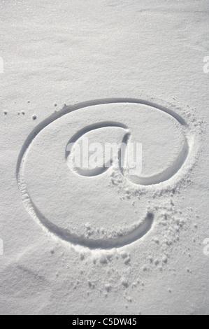 Close-up de un e-mail símbolo dibujado en la nieve