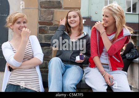 16 tres chicas adolescentes de 17 años riendo divirtiéndose, REINO UNIDO