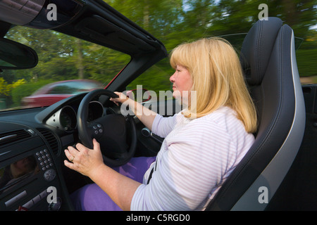 Mujer conduciendo un convertible, open top, Mercedes coche deportivo