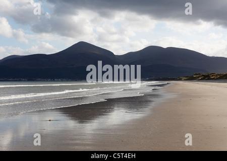 Reino Unido Irlanda del Norte en el Condado de Down Newcastle Montañas Mourne Murlough Reserva Natural Nacional Vista de playa con montañas